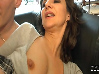 Amateur French mom seduces and gives her ass to a young big dick guy