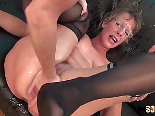Mature inexpert woman squirts during her anal gangbang !